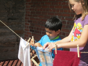Madison helps Bernardo to hang up the washing.