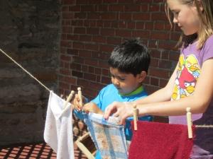 Madison helps Bernardo to hang up the washing.